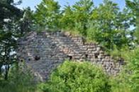Zbytky zdí paláce.