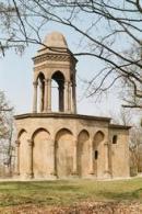 Kaple na vrcholku kopce nedaleko Slaného.