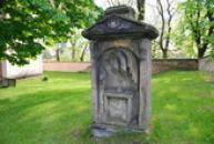 Dávná náhrobek u rotundy sv. Petra a Pavla.