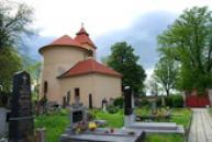 Rotunda pohledem z hřbitova.
