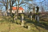 Náhrobky na farním hřbitově u kostela.