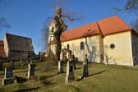 Farní hřbitov u kostela.