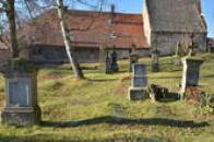 Náhrobky na farním hřbitově.