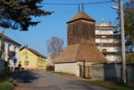 Dřevěná zvonice a kostel sv. Petra a Pavla.