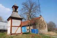 Stavba dřevěné zvonice.