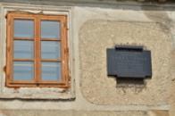 Pamětní deska na rodném domě Karla Tomana.