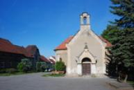Kaple z roku 1866 na návsi.