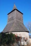 Dřevěná zvonice u kostelíka sv. Jiří.