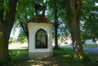 Kaplička z první poloviny 18. století na návsi.