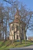 Kostel Stětí sv. Jana Křtitele v závoji stromů.