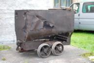 Důlní vozík poznamenaný lety provozu.