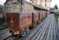 Pohled na důlní vozíky.