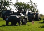 Pohled na exponáty vojenského skanzenu.