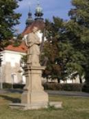 Socha u zdejšího kostela.