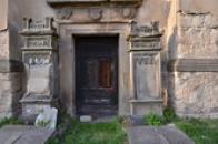 Náhrobky u kostela sv. Jiří.