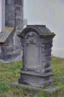 Jeden ze starých náhrobků.
