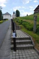 Křížová cesta ke kostelu.