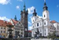 Černá věž a kostel Neposkvrněného početí Panny Marie a svatého Ignáce.