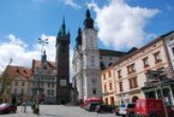 Černá věž a kostel Neposkvrněného početí Panny Marie a svatého Ignáce na náměstí Míru.