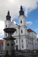 Kašna spolu s kostelem Neposkvrněného početí Panny Marie a svatého Ignáce.