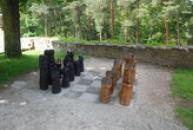 Šachové figury v areálu hradu.