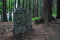 Kámen na místě úmrtí malíře Adolfa Kašpara.