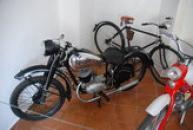 Exponáty v muzeu motocyklů.