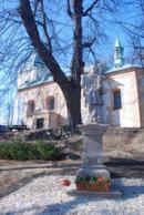 Socha z roku 1761 před zdejším kostelem.