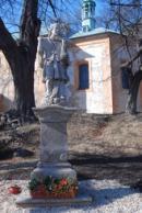 Socha z roku 1761 před kostelem.