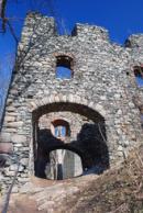 Vstupní západní průčelí hradu.