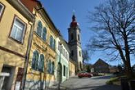 Kostelní ulicí.