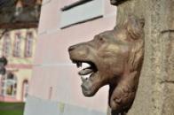 Reliéf lva na náměstí.