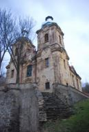 Pohled na věže kostela Navštívení Panny Marie.