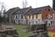 Hostinec a hospodářské budovy.