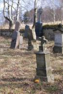 Pomníky na zdejším hřbitově.