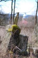 Torzo pomníku na hřbitově.