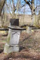Zbytky pomníků na hřbitově.