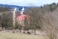Pohled na kostel od hřbitova.