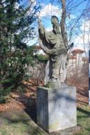 Jedna ze soch v zámeckém parku.