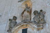 Detail soch na průčelí kostela.