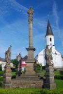 Mariánský sloup s kostelem sv. Víta.