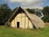 Dlouhý dům z doby kamenné.
