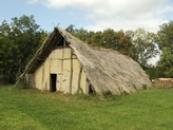 Pohled na dlouhý dům z doby kamenné.