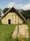 Dlouhý dům lidí z doby kamenné.