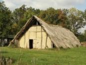 Dlouhý dům typický pro mladší dobu kamennou.