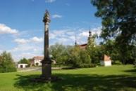 Mariánský sloup na náměstí.