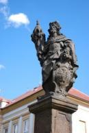 Barokní socha před budovou místní školy.