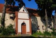 Gotická tvrz je dominantou obce.