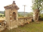 Dávné náhrobky na hřbitovní zdi.