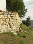 Zeď kolem kostela svatého Martina a zdejšího hřbitova.